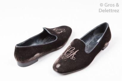 Giorgio ARMANI Paire de loafers en velours ébène rebrodé du chiffre de la Maison,...