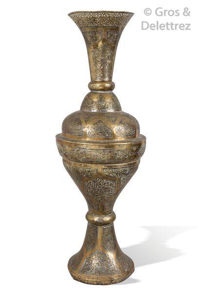 Grand vase balustre en laiton ciselé et ajouré,...