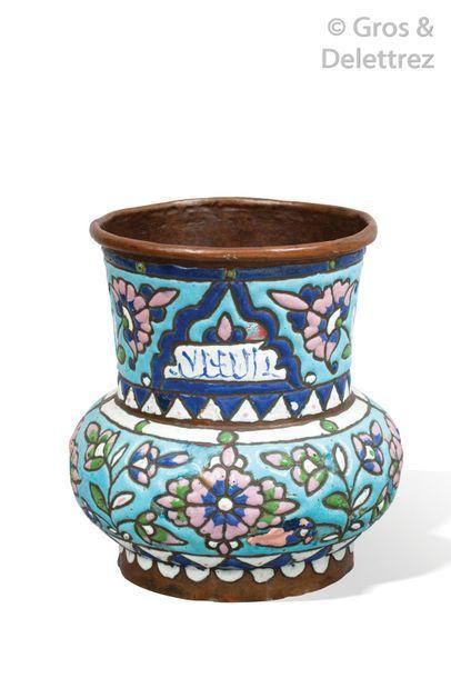 Petit vase de forme balustre en cuivre émaillé...