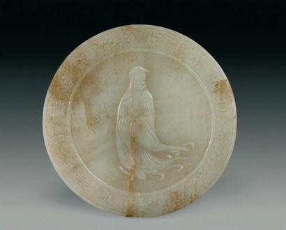 Plaque ronde en jade néphrite blanc légèrement...