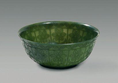 Bol en jade vert épinard décoré d'une frise...