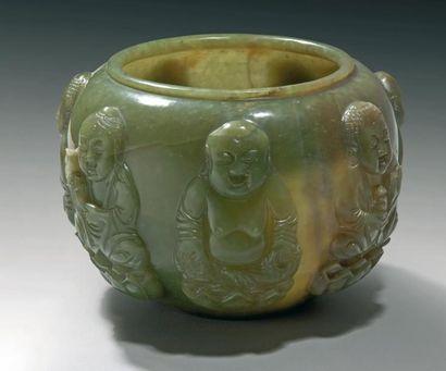 Bol en jade vert épinard décoré en relief...