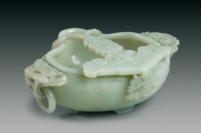Grande coupe à bec verseur en jade néphrite...