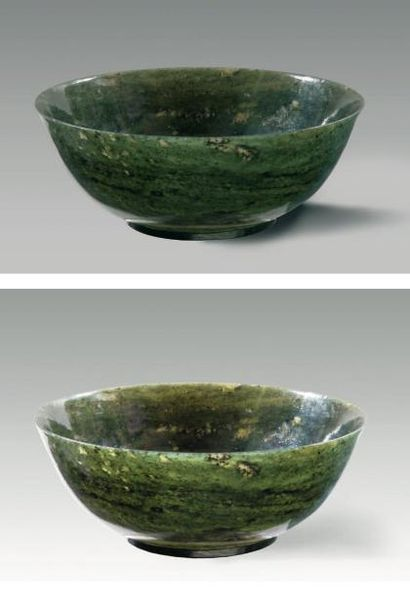 Paire de bols en jade vert épinard uni. Chine,...