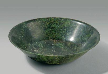 Bol évasé en jade vert épinard uni. Chine,...