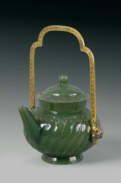 Théière ou vase a vin couvert en jade vert,...