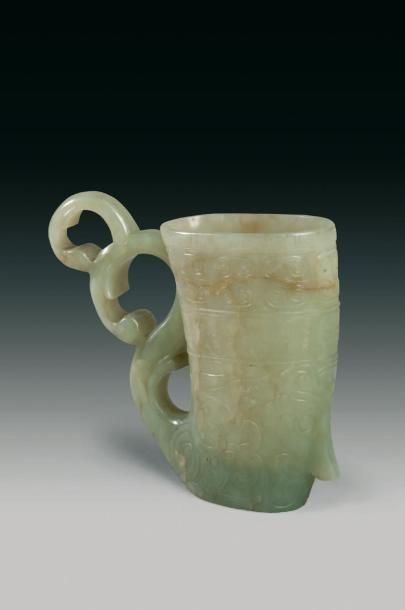 Vase rhyton de style archaïque en jade néphrite...