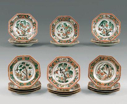 Vingt assiettes plates octogonales en porcelaine...