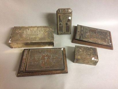 Un ensemble en métal argenté comprenant une...
