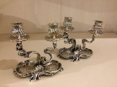 Paire de candélabres en métal argenté à décor...