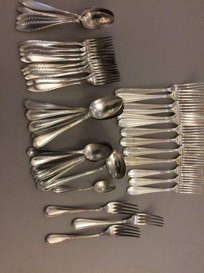 Lot en métal argenté comprenant : Dix grandes...