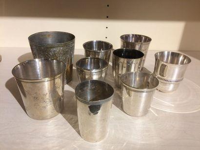 Lot de huit timbales en métal argenté (bosses)...