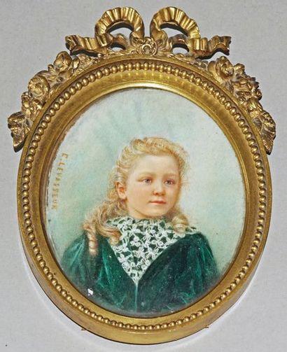 Miniature ovale signée C. LEVASSEUR à gauche...