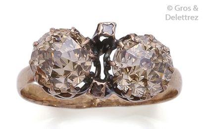 Bague en or rose ornée de deux diamants taillés...