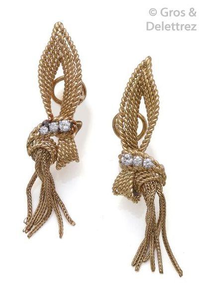 Paire de clips d'oreilles «?Pompon?» en or...