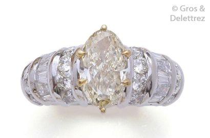 Bague en or gris ornée d'un diamant navette...