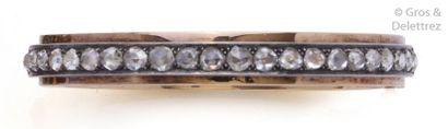 Bracelet rigide ouvrant en or jaune et argent orné d'une ligne de diamants taillés...