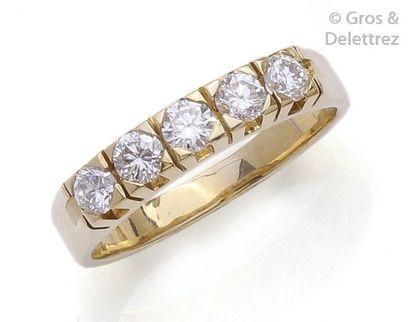 Demi-alliance en or jaune ornée de cinq diamants...