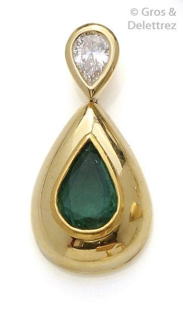 Pendentif en or jaune orné d'une émeraude de forme goutte surmontée d'un diamant...