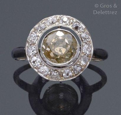 Bague en or gris ornée d'un diamant jaune...