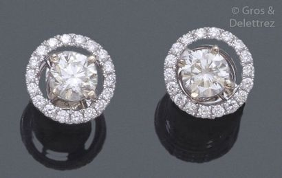 Paire de boucles d'oreilles en or gris ornées de diamants taillés en brillant d'environ...