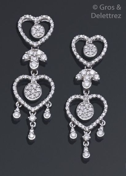 Paire de pendants d'oreilles en or gris ajouré, ornés de motifs de cœurs et pampilles...
