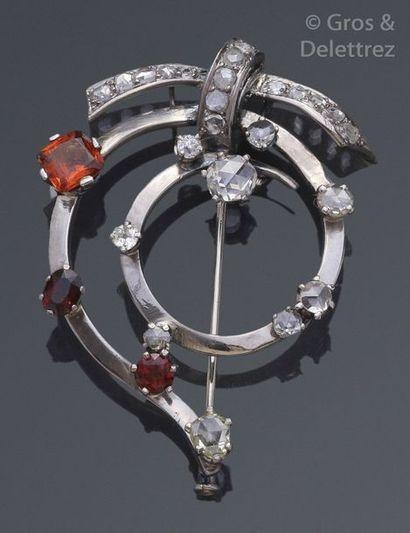 Broche «?Spirale?» en or gris ornée de diamants...