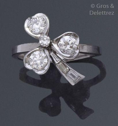 Bague «?Trèfle?» en or gris ornée de diamants...