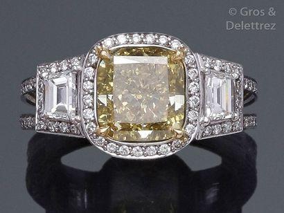 Bague en or gris ornée d'un diamant coussin...