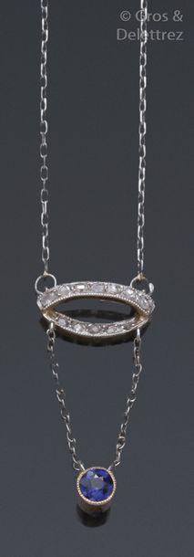 Collier en or gris orné d'un motif serti...
