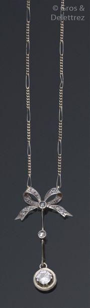 Collier en or gris orné d'un motif de nœud...
