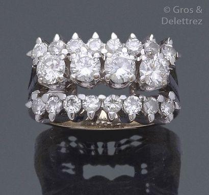 Bague en or gris ornée de quatre diamants...