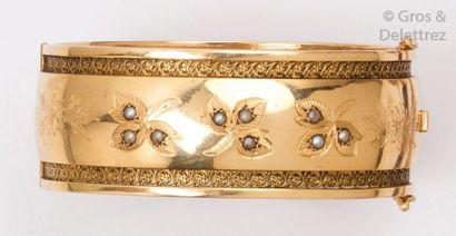 Bracelet jonc ouvrant en or jaune ajouré...