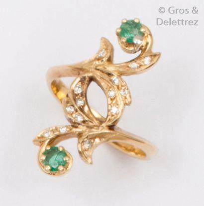 Bague «?Feuillage?» en or jaune, ornée de deux émeraudes et de diamants taillés...