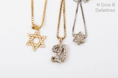 Lot de trois chaînes et trois pendentifs...