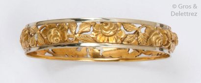Bracelet rigide en or de deux couleurs ajouré...