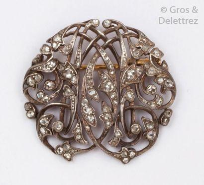 Broche «?Volutes?» en or jaune et argent ornée d'un motif feuillagé entrelacé, sertie...