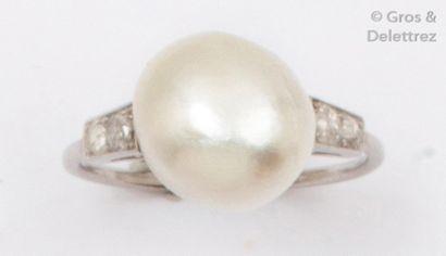 Bague en platine ornée d'une perle fine,...