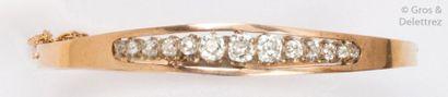 Bracelet jonc ouvrant en or rose, orné d'une...