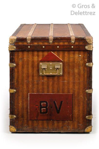 Louis VUITTON Rue Scribe n°20706, serrure n°04643 circa 1880 Malle haute en toile...