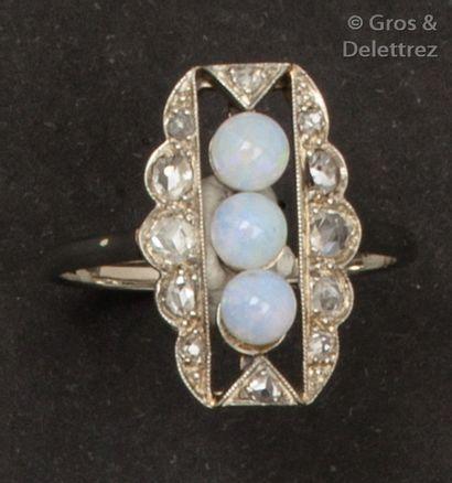 Bague en or gris, ornée de trois perles d'opale...