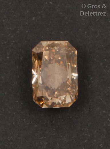 Diamant brun de taille coussin sur papier...