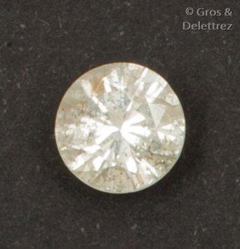 Diamant taillé en brillant sur papier calibrant...