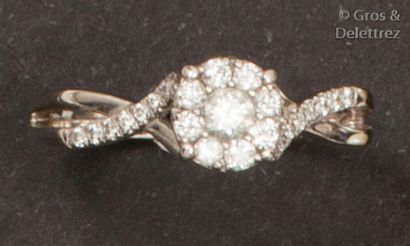 Bague en or gris, ornée d'un diamant taillé...