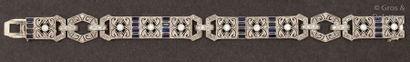Bracelet articulé en or gris à décor géométrique...