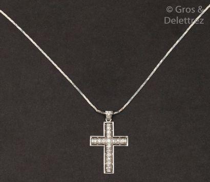 Pendentif «?Croix?» en or gris, orné de diamants...