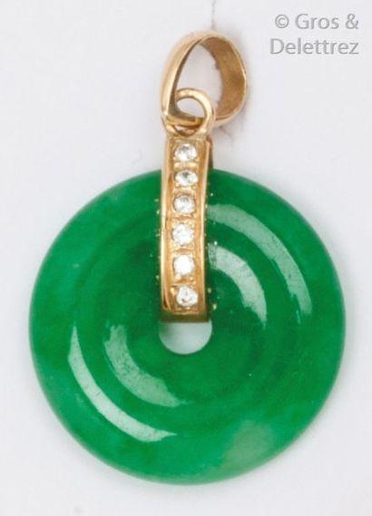 Pendentif orné d'un disque de jade, retenu...