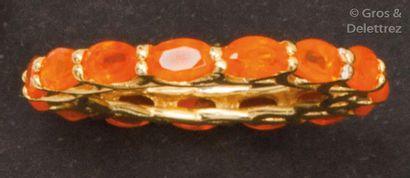 Alliance en vermeil entièrement sertie d'opales...