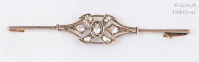 Broche «?Barrette?» en or jaune, ornée de sept diamants taillés en rose. P.6,8...