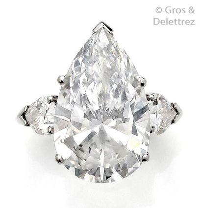 Bague en platine, ornée d'un important diamant...